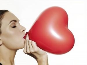 82663378-woman-balloon-heart