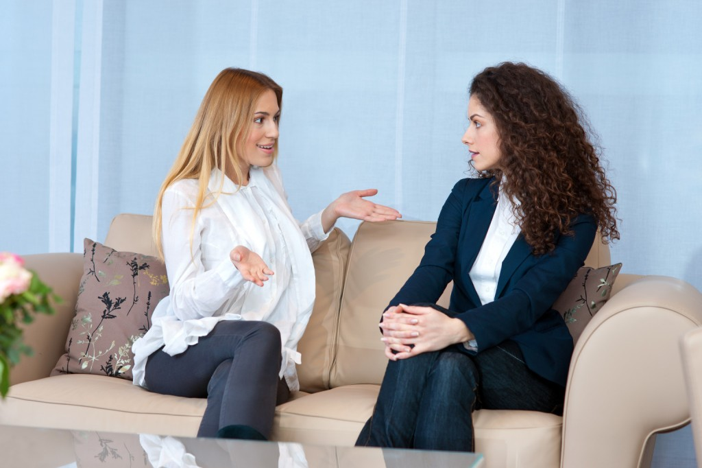 o-women-talking-facebook